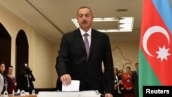 Президент Азербайджана Ильхам Алиев голосует на референдуме по изменению Конституции. Баку, 26 сентября 2016 года.