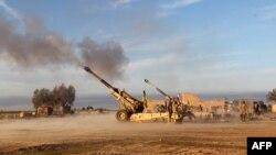 قوات عراقية قرب الدور توجه ضربات مدفعية لمواقع داعش في 8 آذار 2015