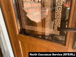 Разбитая дверь в доме Дугиевых