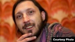 Митко Гогов, уметник и граѓански активист. Автор на фотографиите Столе Ангелов.