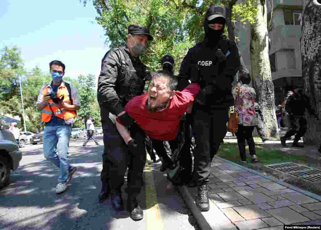 """6-июнда Казакстанда митинг өткөрүү тартибин оорлоштура турган """"Тынч жыйындар жөнүндө"""" мыйзам күчүнө кирди. Буга байланыштуу бозгундагы оппозиционер Мухтар Аблязов негиздеген «Казакстандын демократиялык кыймылы» жана журналист, активист Жанболат Мамай жетектеген Демократиялык партия түзүү боюнча демилгелүү топ тарапкерлерин митингге чыгууга чакырган."""