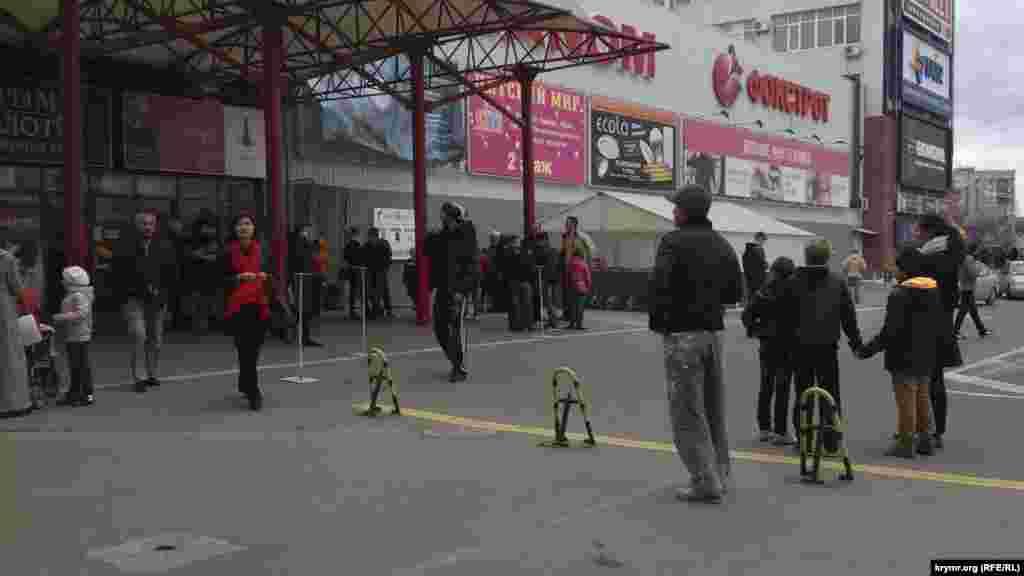 Торговий центр «Меганом» тимчасово закритий за відсутності електропостачання. Охоронці не можуть відповісти на запитання «Як довго?». Закриті були 22 листопада також «Нова лінія», «Новоцентр» (колишній «Епіцентр»), «Ашан» та інші великі супермаркети