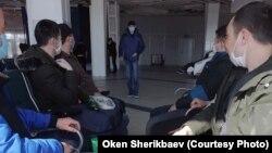 Мигранты в аэропорту в Новосибирске.
