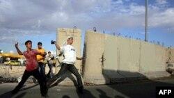 Палестинцы забрасывают камнями израильских солдат.