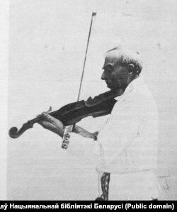 Адам Русак іграе на скрыпцы. Канец 1970-х гг.