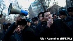 Протест під стінами Держкомітету національної безпеки з вимогою звільнити Омурбека Текебаєва, Бішкек, Киргизстан, 26 лютого 2017 року