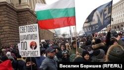 Протестиращите носеха много плакати с послания срещу здравния министър Костадин Ангелов
