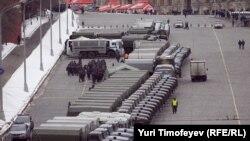 Грузовики полиции на Васильевском спуске