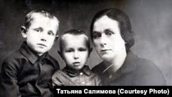 Надежда Петровна Чернышенко и ее племянники – Владимир и Иннокентий Смоктуновичи. Начало 1930 г.