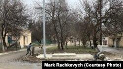Seorang buruh bekerja memasang tangki oksigen di luar Rumah Sakit Intensif Multispesialis Boryspil.