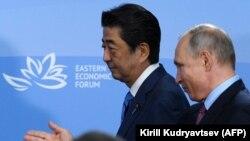 Премьер-министр Японии Синдзо Абэ (слева) и президент России Владимир Путин. Владивосток, 10 сентября 2018 года.
