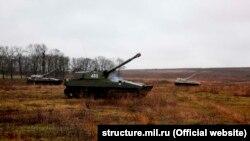 У Міноборони Росії заявляють, що загалом у навчаннях візьмуть участь близько восьми тисяч військовослужбовців і майже півтори тисячі одиниць військової техніки