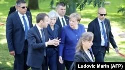 Fransuz prezidenti Emmanuel Makron (çepde), Beýik Britaniýanyň premýer-ministri Tereza Meý (ortada) we nemes kansleri Angela Merkel
