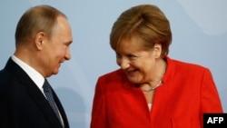 Kancelarja gjermane Angela Merkel dhe presidenti rus, Vladimir Putin, foto nga arkivi.