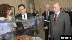 Встреча лидера России с президентом Европейской комиссии Жозе Мануэлем Баррозу (в центре) выглядит довольно безрадостной