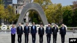 Міністри закордонних справ Японії, Німеччини, Великобританії, Франції, Італії, Канади і США, а також верховний представник ЄС із закордонних справ під час відвідування музейного меморіалу «Парк миру» в Хіросімі, Японія, 11 квітня 2016 року