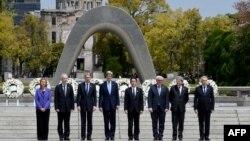 Міністри закордонних справ G7 на церемонії покладання квітів в Парку пам'яті у Хіросімі, 11 квітня 2016 року