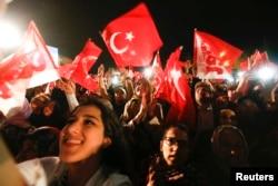 Референдумдағы жеңісті тойлауға көшеге шыққан Ердоғанның қолдаушылары. Түркия, Стамбул, 16 сәуір 2017 жыл.