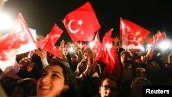 Прихильники президента Туреччини Реджепа Таїпа Ердогана, Стамбул, 16 квітня 2017 року