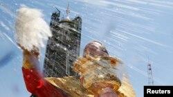 Православный священник благословляет космический корабль