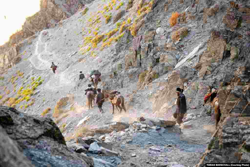 Вахан дәлізіндегі жазық пен Памир тауларының арасында тау шатқалдары бөліп жатыр.