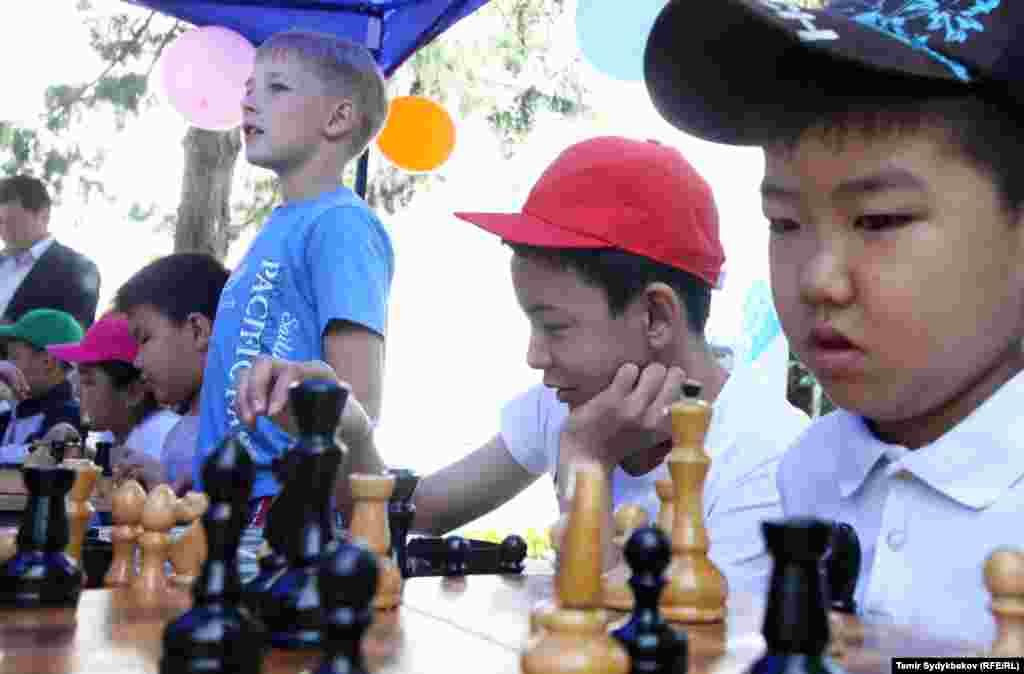 Кыргызстандын президенти Алмазбек Атамбаев 1-июнь - Балдарды коргоонун эл аралык күнүнө карата коомчулукка кайрылуу жасады.