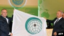 Президент Нұрсұлтан Назарбаев пен Исламдық ынтымақтастық ұйымының бас хатшысы Екмеледдин Ихсаноглу аталмыш ұйымның жаңа логосымен таныстырды. Астана, 28 маусым 2011 жыл.