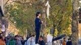 Tähranda baş örtgüsi düzgünine protest bildirýän eýranly.
