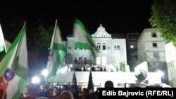 Slavlje ispred centrale SDA u noći izbora, 7. oktobar