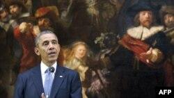 """Обама на пресс-конференции в Амстердаме, в Рейксмюзеуме, на фоне картины Рембрандта """"Ночной дозор"""""""