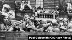 Савецкія войскі ў Празе, 1968. Фота: Paul Goldsmith