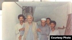 غني خان د لیکوال فضل غني د مور پر مړینې فاتحه ته ورروان دی. ۱۹۹۰م کال