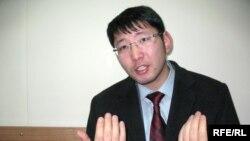 Оппозиционный журналист Алмас Кушербаев выступает на суде по иску против него. Алматы, 14 января 2009 года.