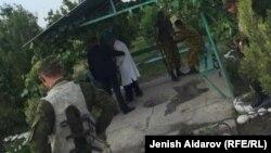 Пограничникам Таджикистана оказывают помощь после конфликта на границе с Кыргызстаном. Фото местных жителей, присланных редакции «Азаттыка».