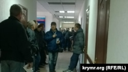 Очереди в симферопольском МРЭО для замены номеров и прав на российские.