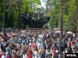 В парке имени 28 гвардейцев-панфиловцев в Алматы в День Победы.