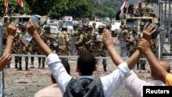 Мұхаммед Мурсиді қолдаушылар республикалық күзет ғимаратының алдында наразылық танытып тұр. Каир, 8 шілде 2013 жыл.