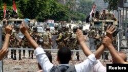 Mbështetësit e Morsit brohorisin para ushtarëve të Gardës Republikane në Kajro