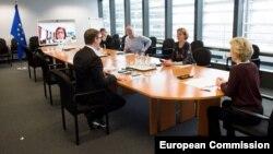 Председателката на Еврокомисията (вдясно) води конферентно видеозаседание на групата за отговор на епидемията от коронавирус в централата на Комисията в Брюксел. Съветниците ѝ спазват дистанцията за отстояние на поне 1,5 м