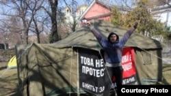 """Un protestatar în Piața Parlamentului, cu inscripția """"Nu este un protest, este un proces!"""""""