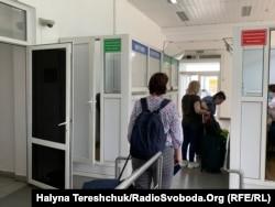 Українці масово їдуть за кордон