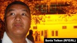«Алға» партиясы Атырау филиалының үйлестірушісі Әділжан Кенжеғалиев Атырау қалалық ішкі істер басқармасы алдында тұр. 21 қыркүйек 2010 жыл.