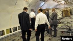 مسؤولون عراقيون يفتشون حمولة طائرة إيرانية.