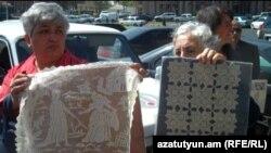 Վերնիսաժի առեւտրականները բողոքում են քաղաքապետարանի դիմաց, 11 մայիս