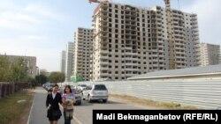 """Недостроенные дома в микрорайоне """"Мамыр-5"""", которые возводятся по государственной жилищной программе. Алматы, 23 октября 2013 года."""