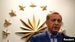 Президент Реджеп Эрдоган общается с журналистами. Анкара, 16 апреля