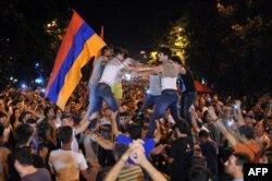 Тисячі людей протестують проти підвищення тарифів на електроенергію. Єреван, 25 червня 2015 року