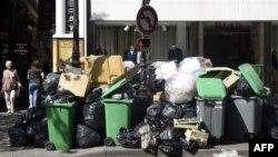 رفتگران پاریس چند روز است که اعتصاب کردهاند و زبالهها از خیابانهای این شهر جمعآوری نشده است.
