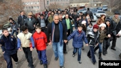Armenia - Opposition presidential candidate Raffi Hovannisian meets supporters in Ashtarak, 23Feb2013.