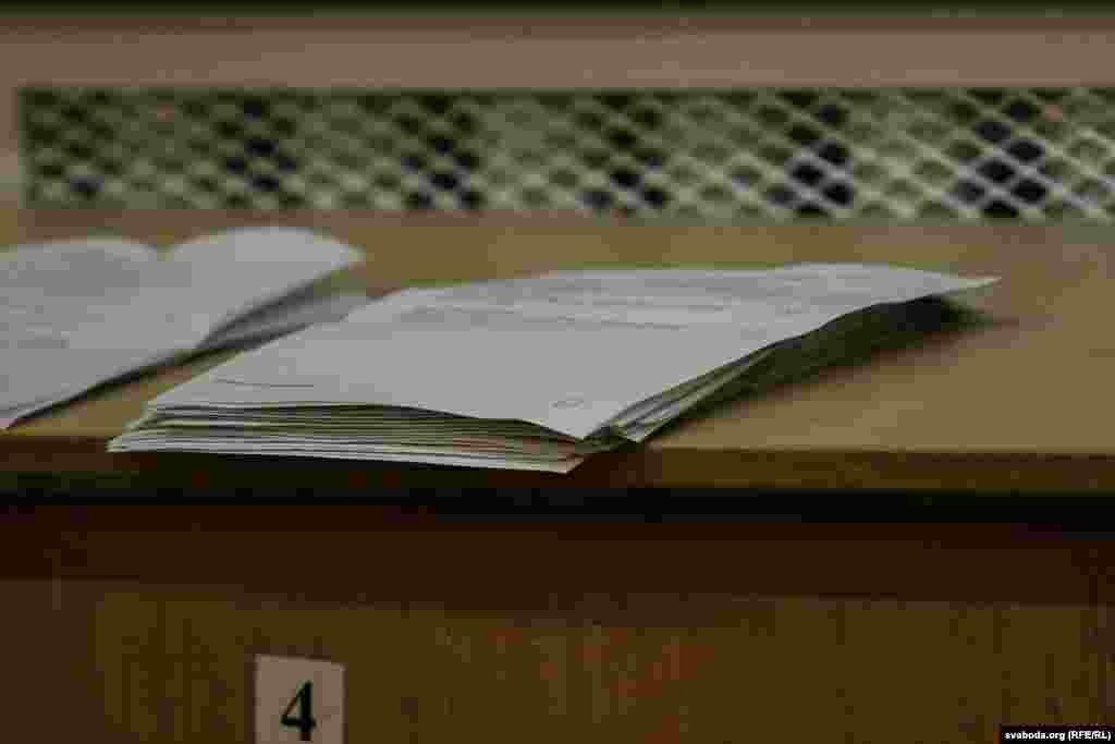 Пасьля падліку бюлетэняў з асноўнага дня галасаваньня выявілася, што ў кандыдата ад АГП Дзьмітрыя Кавалгіна 83 галасы (на фота), а ў Альбэрта Ерафеенкі - 87.